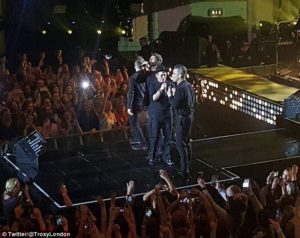 Take That y Robbie Williams reunidos en el Brit Icon AwardGig en Londres