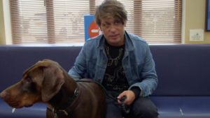 Mark Owen y su perro Arnold en Supervet
