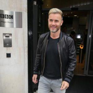 Gary Barlow saliendo de la BBC